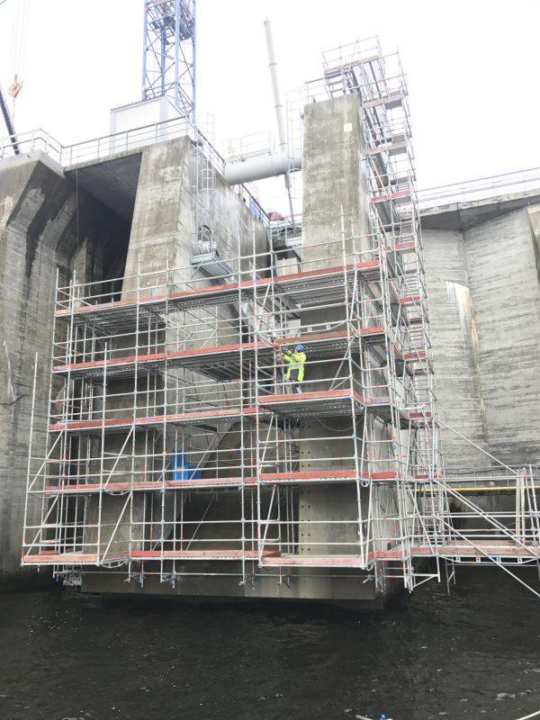Ställningsmontage pågår vid en vattenkraftanläggning.