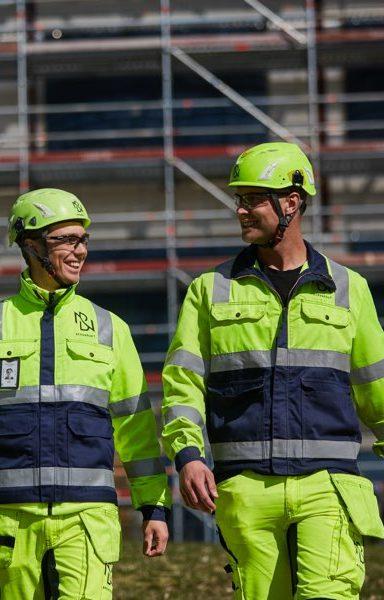 Två medarbetare diskuterar glatt med varandra.