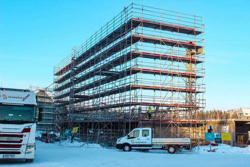 Uppbyggnad av ställning inför nybyggnation av bostäder.