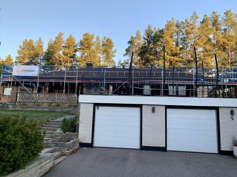 Ställningsmontage inför byte av tak i Gävle.
