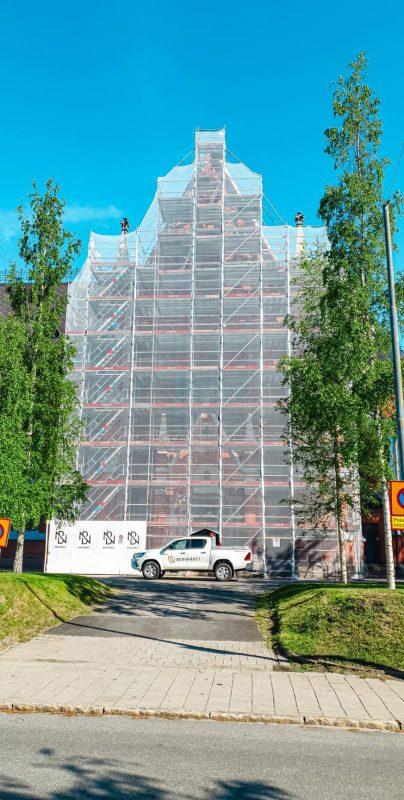 Domkyrkan i Luleå draperad i ställning.